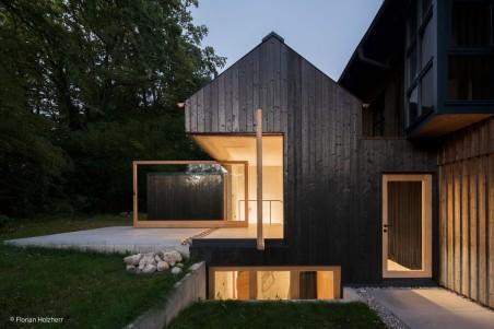 Verkohltes Haus am See