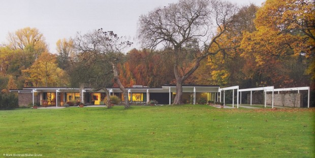 Moderne unter Bäumen