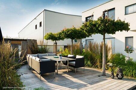 Poolgarten mit Holzdeck