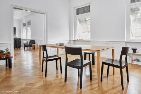 Vier Freunde machen Möbel