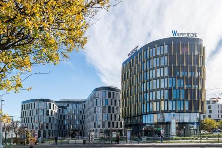 Moderner Gebäudekomplex ausgestattet mit heroal Systemen