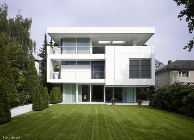 Weiße Villa in grüner Umgebung