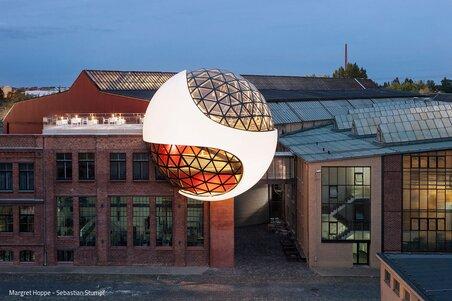 Die Oscar Niemeyer Sphere glüht