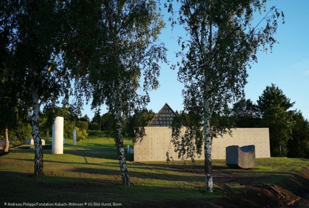 Sichtbeton, Holzfachwerk und Steinskulpturen
