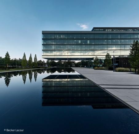 Bürogebäude im Grünen
